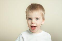 Förtjusande blont skratta för litet barn Arkivbild