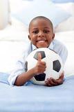 förtjusande bollkalle som rymmer little fotboll Royaltyfria Bilder