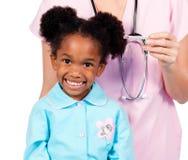 förtjusande deltagande i kontrollflicka little läkarundersökning upp Arkivfoto