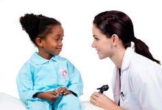 förtjusande deltagande i kontrollflicka little läkarundersökning upp Royaltyfri Fotografi