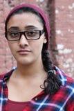 Förtjusande etniska exponeringsglas för tonårs- flicka för nerd bärande Fotografering för Bildbyråer