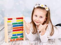 Förtjusande förskole- flicka med kulrammet royaltyfria bilder