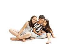 Förtjusande familj Två syster och broder Royaltyfri Fotografi