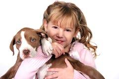 förtjusande flicka henne liten valp för holding Arkivfoto