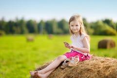 Förtjusande flicka i vetefält på varm sommardag arkivbild