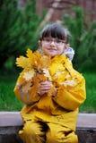 förtjusande flicka little raincoatyellow Royaltyfri Fotografi