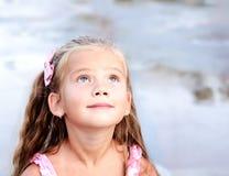 förtjusande flicka little som ser upp arkivbild