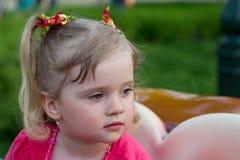förtjusande flicka little stående Royaltyfria Foton