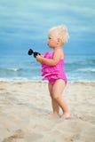 Förtjusande flicka som promenerar stranden Arkivfoton