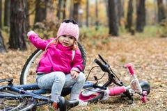 Förtjusande flicka som rider en cykel royaltyfri bild