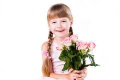 förtjusande flicka vita isolerade rosa ro Arkivfoto