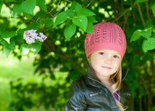 förtjusande flickahatt little rosa le för park Royaltyfria Foton