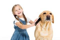 förtjusande gladlynt barn som ger smartphonen till hunden, arkivbilder