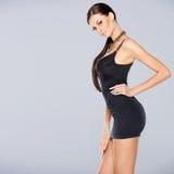 Förtjusande glamourkvinna i sexig klänning Royaltyfri Fotografi