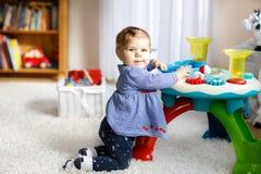 Förtjusande gulliga härliga små behandla som ett barn flickan som spelar med hemmastadda bildande leksaker eller barnkammaren Royaltyfria Bilder