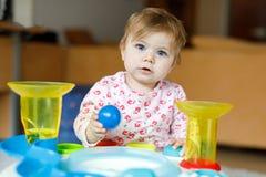 Förtjusande gulliga härliga små behandla som ett barn flickan som spelar med hemmastadda bildande leksaker eller barnkammaren Arkivfoton