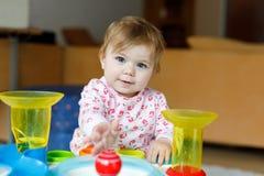 Förtjusande gulliga härliga små behandla som ett barn flickan som spelar med hemmastadda bildande leksaker eller barnkammaren Arkivfoto