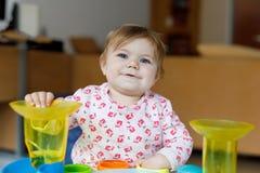 Förtjusande gulliga härliga små behandla som ett barn flickan som spelar med hemmastadda bildande leksaker eller barnkammaren Royaltyfri Bild