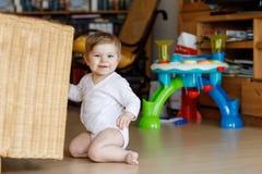 Förtjusande gulliga härliga små behandla som ett barn flickan som spelar med hemmastadda bildande leksaker eller barnkammaren Arkivbilder