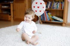 Förtjusande gulliga härliga små behandla som ett barn flickan som spelar med hemmastadda bildande leksaker eller barnkammaren Arkivbild