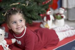 förtjusande julflickatid royaltyfri fotografi