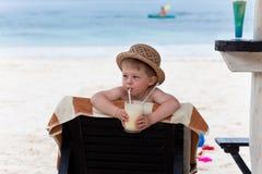 förtjusande läppja för pojkemilkshake Arkivfoto