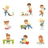 Förtjusande läseböcker och arbete för små ungar i arbeta i trädgården fastställda gulliga förskole- barn som lär och att studera  royaltyfri illustrationer