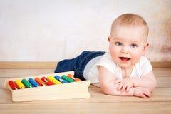 Förtjusande le behandla som ett barn pojkekrypning på golvet Fotografering för Bildbyråer