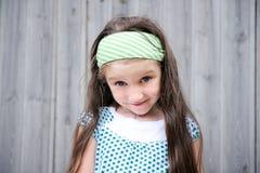 förtjusande le för stående för barnflicka utomhus Fotografering för Bildbyråer