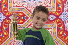 Förtjusande le pojke med Ramadan Lantern Royaltyfria Foton