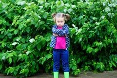 Förtjusande ledsen litet barnflicka på den regniga dagen i höst Arkivfoton