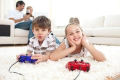 förtjusande lekar som leker videopn syskon Royaltyfria Foton