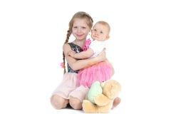 Förtjusande lite två systrar 8 år och 11 månad Royaltyfria Bilder
