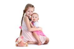 Förtjusande lite två systrar 8 år och 11 månad Royaltyfri Fotografi