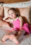 Förtjusande liten flicka hemma Arkivfoton