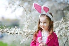Förtjusande liten flicka i blommande körsbärträdgård Royaltyfria Foton