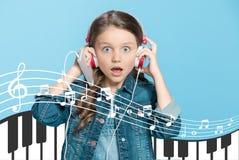Förtjusande liten flicka i hörlurar Royaltyfri Fotografi