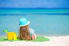 Förtjusande liten flicka i hatt på stranden under sommar Arkivfoton