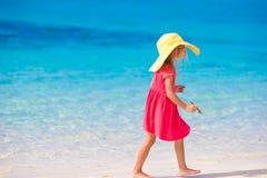 Förtjusande liten flicka i hatt på stranden under sommar Arkivfoto