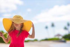 Förtjusande liten flicka i hatt på stranden under sommar Royaltyfri Bild