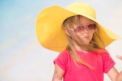 Förtjusande liten flicka i hatt på stranden under sommar Arkivbilder