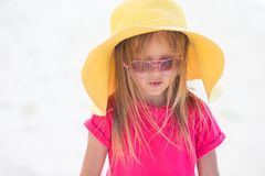 Förtjusande liten flicka i hatt på stranden under sommar Fotografering för Bildbyråer