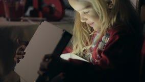 Förtjusande liten flicka med överraskning och kuriositet lager videofilmer