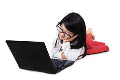 Förtjusande liten flicka med bärbara datorn i studio Fotografering för Bildbyråer