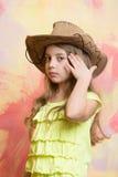 Förtjusande liten flicka med den gulliga framsidan i västra cowboyhatt Royaltyfri Bild