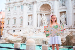 Förtjusande liten flicka med den touristic översikten nära Trevi-springbrunnen, Rome Den lyckliga ungen tycker om italiensk semes Fotografering för Bildbyråer