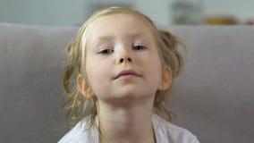 Förtjusande liten flicka med fräknar som in camera ser, förskole- unge, barndom arkivfilmer
