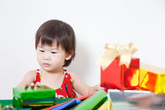 Förtjusande liten flicka med gåva Royaltyfria Bilder