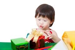 Förtjusande liten flicka med gåva i chirstmasdag Royaltyfri Fotografi