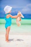 Förtjusande liten flicka med hennes favorit- leksak på tropisk strandsemester royaltyfria foton